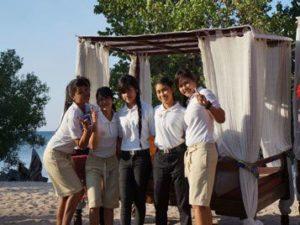 beach staff menjangan
